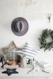 Elementos interiores y un sombrero en la pared fotos de archivo libres de regalías