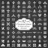 Elementos ornamentales para la decoración del diseño y de la página en un fondo de la pizarra Foto de archivo libre de regalías