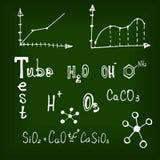 Elementos químicos diferentes no quadro-negro Imagens de Stock