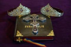 Elementos religiosos para una ceremonia de boda de la iglesia en la religión ortodoxa Fotografía de archivo libre de regalías