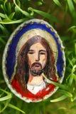 Elementos religiosos pintados en un huevo de Pascua Imagen de archivo
