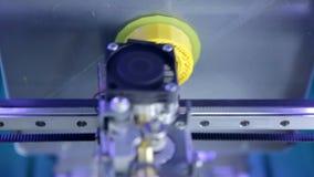 Elementos tridimensionales del plástico de la impresión de la impresora 3d Tecnología moderna de la impresión 3D Tiro del primer almacen de metraje de vídeo