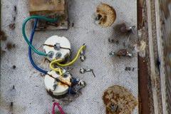 Elementos velhos e fios dos componentes eletrônicos fotos de stock