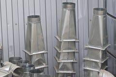 Elementos y piezas hechos de la hoja galvanizada para los diversos sistemas de ventilaci?n imagenes de archivo