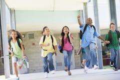 elementära utvändiga elever som kör skolan Royaltyfria Foton