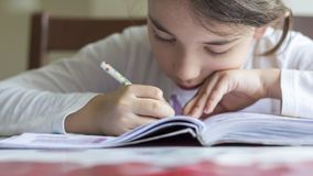 elementry学生做她的家庭作业 库存图片