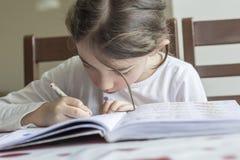 elementry学生做她的家庭作业 库存照片