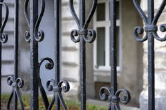 Elementy czarnego metalu dokonany ogrodzenie, za którym chuje na Danube bulwarze dom zdjęcia stock