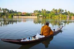 Elemosine della rana pescatrice buddista rotonde di mattina in barca Fotografie Stock