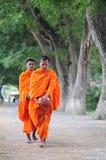Elemosine di camminata di mattina dei giovani monaci asiatici Fotografie Stock Libere da Diritti