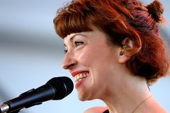 Elena Tonra, cantante della banda della figlia, esegue di concerto al festival di musica di Dcode Immagine Stock