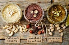 Elenchi i burri di dado, il pistacchio, la nocciola e l'anacardio tostati immagini stock