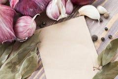Elenchi il menu circondato dalle teste rosse di aglio Fotografia Stock