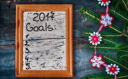 Elenchi per il nuovo anno 2017 scritto nel telaio di legno Immagine Stock