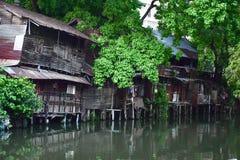 Elendsviertel und Armut in den Stra?en von Bangkok lizenzfreie stockbilder