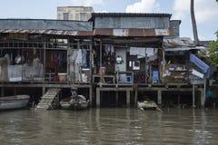Elendsviertelhäuser auf Neigungen auf dem Mekong in Vietnam lizenzfreie stockbilder