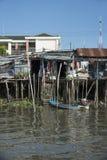 Elendsviertelhäuser auf Neigungen auf dem Mekong in Vietnam stockbild