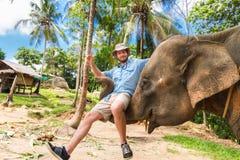Elephan die een toerist opheffen royalty-vrije stock afbeeldingen