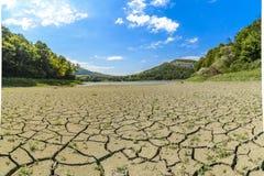 Eleshnitsa λιμνών με το ραγισμένο σχέδιο λάσπης στο πρώτο πλάνο Στοκ εικόνα με δικαίωμα ελεύθερης χρήσης