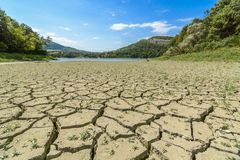 Eleshnitsa λιμνών με το ραγισμένο σχέδιο λάσπης στο πρώτο πλάνο Στοκ Εικόνες