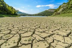Eleshnitsa λιμνών με το ραγισμένο σχέδιο λάσπης στο πρώτο πλάνο Στοκ Φωτογραφία