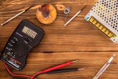 A eletrônica de rádio ajustou-se para o fio, o psiquiatra e o multímetro de solda em um fundo de madeira imagem de stock royalty free
