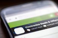 A eletrônica negocia e oferece a relação do botão da categoria no app de compra no close up da tela do smartphone imagens de stock