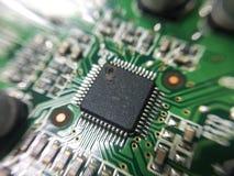 A eletrônica parte na tecnologia do resistor e da microplaqueta do prato principal imagens de stock royalty free