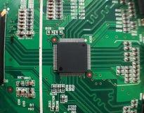 A eletrônica parte na tecnologia do resistor e da microplaqueta do prato principal imagem de stock