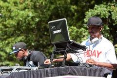 Eletrônica do uso dos disco-jóquei para aumentar o áudio no festival de Hip Hop Fotos de Stock Royalty Free