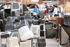 A eletrônica rejeitada empilha acima no condado que recicla o evento imagem de stock
