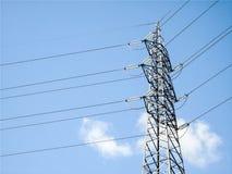 Eletric Pfosten der großen Höhenspannung auf hellblauem Himmelhintergrund, elektrischer Strom, Drähte Lizenzfreies Stockbild
