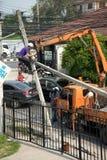 在老打破的电源杆的Eletrican攀登 免版税库存图片