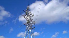 Eletricidade do timelapse do central elétrica - apoio e nuvens de alta tensão no céu vídeos de arquivo
