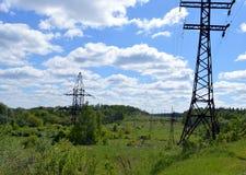 Eletricidade, poder, energia, torre, céu, linha, cabo, pilão, alto, elétrico, tensão, indústria, azul, elétrica, fio, aço, tran imagens de stock royalty free