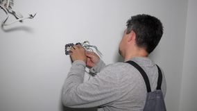 Eletricista com tomada da fundação da chave de fenda vídeos de arquivo