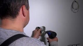 Eletricista com tomada estabelecida chave de fenda Eletrificação nova do apartamento filme