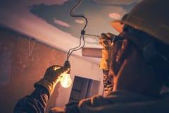 Eletricista de trabalho do contratante foto de stock royalty free