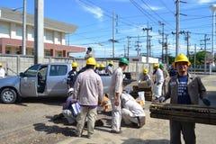 Eletricista em Tailândia que faz reparos bondes Fotos de Stock