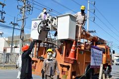 Eletricista em Tailândia que faz reparos bondes Imagens de Stock