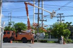 Eletricista em Tailândia que faz reparos bondes Imagem de Stock Royalty Free
