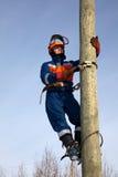 Eletricista em um pólo Fotografia de Stock
