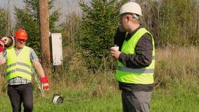 Eletricista Engineer que fala no telefone celular filme