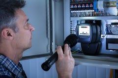 Eletricista Examining um Fusebox fotos de stock royalty free