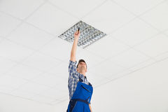 Eletricista Installing Ceiling Light Foto de Stock Royalty Free