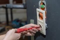 Eletricista na instala??o do soquete - close-up foto de stock royalty free