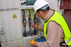 Eletricista na potência do interruptor Fotos de Stock Royalty Free