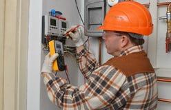 Eletricista no trabalho Fotografia de Stock Royalty Free