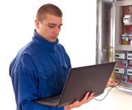 Trabalhador manual que concentra-se em seu trabalho foto de stock