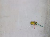 Eletricista que instala cabos distribuidores de corrente em uma construção nova Foto de Stock